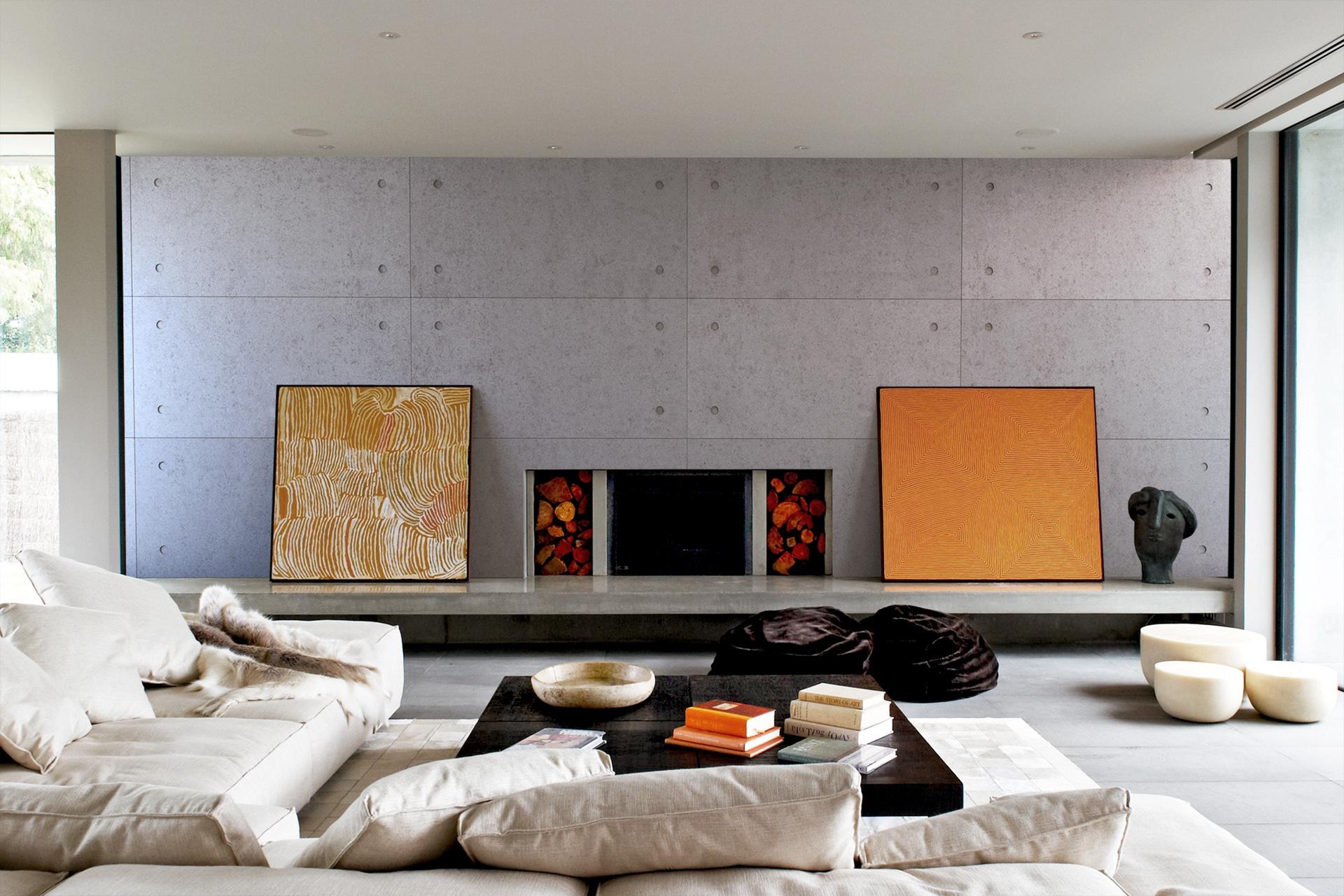 Prelijep interijer sa zidnim betonskim panelom