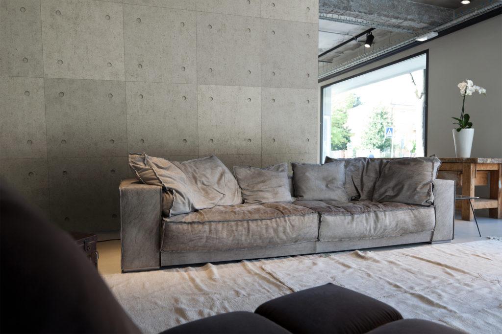 Sivi zidni panel u interijeru dnevne sobe